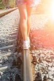 Jong mooi meisje met het roze haar lopen, die op sporen in evenwicht brengen stock fotografie