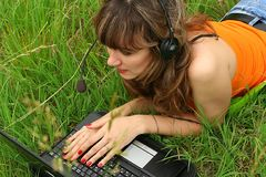 jong mooi meisje met laptop Royalty-vrije Stock Afbeelding