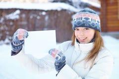 Jong mooi meisje met lege banner. De winter. Stock Afbeeldingen