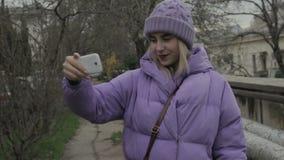 Jong mooi meisje met smartphone, openlucht stock video