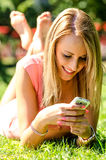 Jong mooi meisje met telefoon Stock Foto's