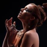Jong mooi meisje naakt met een koraalhalsband Stock Afbeelding