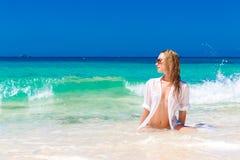 Jong mooi meisje in nat wit overhemd op het strand Blauwe trop Stock Afbeeldingen