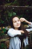 Jong mooi meisje op de achtergrond van aard Verticale foto royalty-vrije stock fotografie