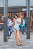 Jong mooi meisje op een het winkelen gebied, Peking, China Stock Fotografie