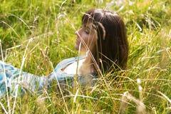 Jong mooi meisje op een weide stock fotografie