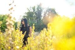 Jong mooi meisje op geel gebied stock foto's