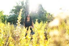 Jong mooi meisje op geel gebied stock foto