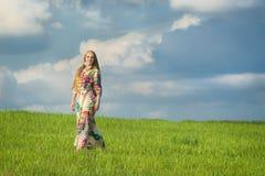 Jong mooi meisje op groen gebied royalty-vrije stock afbeelding