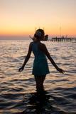 Jong mooi meisje op het strand die uit aan overzees kijken royalty-vrije stock afbeeldingen