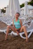 Jong mooi meisje op het strand die uit aan overzees kijken royalty-vrije stock foto