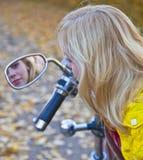 Jong mooi meisje op motorfiets Royalty-vrije Stock Afbeelding
