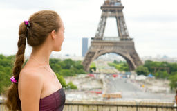Jong mooi meisje in Parijs Stock Afbeelding