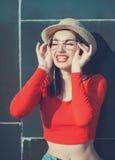 Jong mooi meisje in rode blouse en glazen Royalty-vrije Stock Fotografie