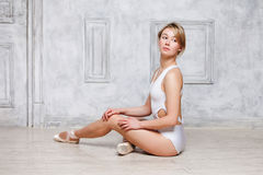 Jong mooi meisje in witte van dansmaillot en Pointe schoenen, balletdanser stock foto's