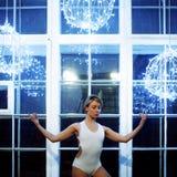 Jong mooi meisje in witte van dansmaillot en Pointe schoenen, balletdanser Tegen het venster, stijl, gunst stock foto's