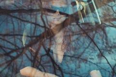 Jong mooi meisje in zwarte glazen met donkere lippenstift royalty-vrije stock fotografie