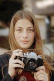 Jong mooi meisjesportret met phot-filmcamera royalty-vrije stock afbeeldingen
