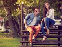 Jong mooi paar in aard royalty-vrije stock afbeeldingen