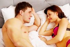 Jong mooi paar in bed royalty-vrije stock afbeelding