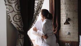 Jong mooi paar in de ochtend die klaar voor hun binnenhuwelijk, langzame motie 1 worden stock video