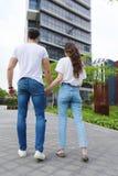 Jong mooi paar die dragend jeans en t-shirt stellen stock afbeeldingen