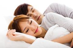 Jong mooi paar die in een bed liggen stock fotografie