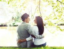 Jong mooi paar die een datum in het park hebben Stock Afbeeldingen