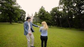 Jong mooi paar die in een park in de zomer dansen Het romantische dateren of lovestory stock videobeelden