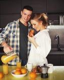Jong mooi paar die ontbijtlijst hebben royalty-vrije stock foto's