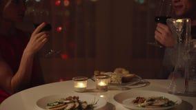 Jong mooi paar die romantisch diner hebben thuis stock video
