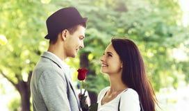 Jong mooi paar: het hebben van een datum in het park Royalty-vrije Stock Afbeeldingen
