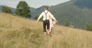 Jong mooi paar in Karpatische Bergen Het romantische dateren of lovestory bij zonnige dag atmosferisch 4K stock videobeelden