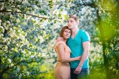 Jong mooi paar in liefde onder appelbomen Stock Foto