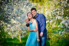 Jong mooi paar in liefde onder appelbomen Royalty-vrije Stock Afbeelding