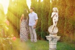 Jong mooi paar in onduidelijk beeld achter cijfer van een naakte vrouw binnen Stock Afbeelding