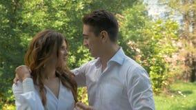 Jong mooi paar in witte kleren, op een datum in het park stock videobeelden