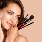 Jong mooi perfect model die professionele make-up toepassen stock afbeelding