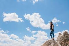 Jong mooi reismeisje bovenop een heuvel in Cappadocia, Turkije Reis, succes, vrijheid, voltooiing royalty-vrije stock foto's