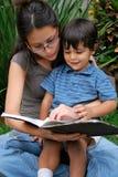 Jong, Mooi Spaans moeder en kind stock foto's