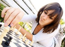 Jong mooi vrouw het spelen schaak Stock Afbeelding