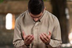 Jong Moslimguy praying royalty-vrije stock foto's