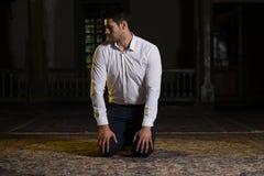 Jong Moslimguy praying royalty-vrije stock fotografie