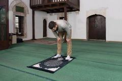Jong Moslimguy praying royalty-vrije stock afbeelding