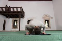 Jong Moslimguy praying stock foto