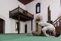 Jong Moslimguy praying royalty-vrije stock afbeeldingen