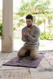 Jong Moslimguy praying stock fotografie