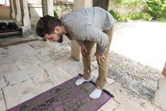 Jong Moslimguy praying royalty-vrije stock foto