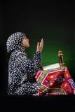 Jong Moslimmeisje die met Ramadan Objects bidden stock afbeelding