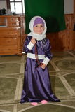 Jong moslimmeisje in moskee Royalty-vrije Stock Afbeeldingen